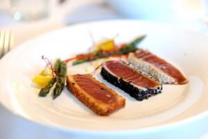 Thunfischtataki mit Sesamkruste und rezentem grünem Spargel