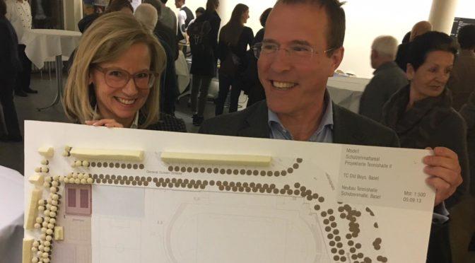 Präsidentin Marianne Bernet und Architekt Mathias Hinselmann präsentieren das Hallenprojekt