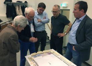 """Fachmännischer Blick: Martin Egeler (2. v.l.) begutachtet das Situationsmodell – und urteilt: """"Ein gutes Projekt!"""". Rechts im Bild: Architekt Mathias Hinselmann"""