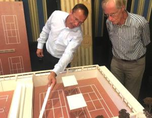 Architekt und Clubmitglied Mathias Hinselmann (links) erläuters das Hallenprojekt anhand eines Modells im Masstab 1:50.